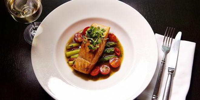 Рецепт стейка из лосося с овощами